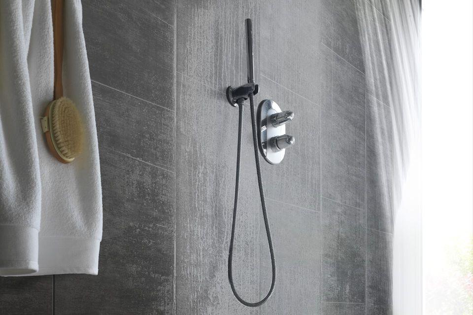 Beton Muur Badkamer : Een douchecabine met vinyl muurbekleding: een alternatief voor